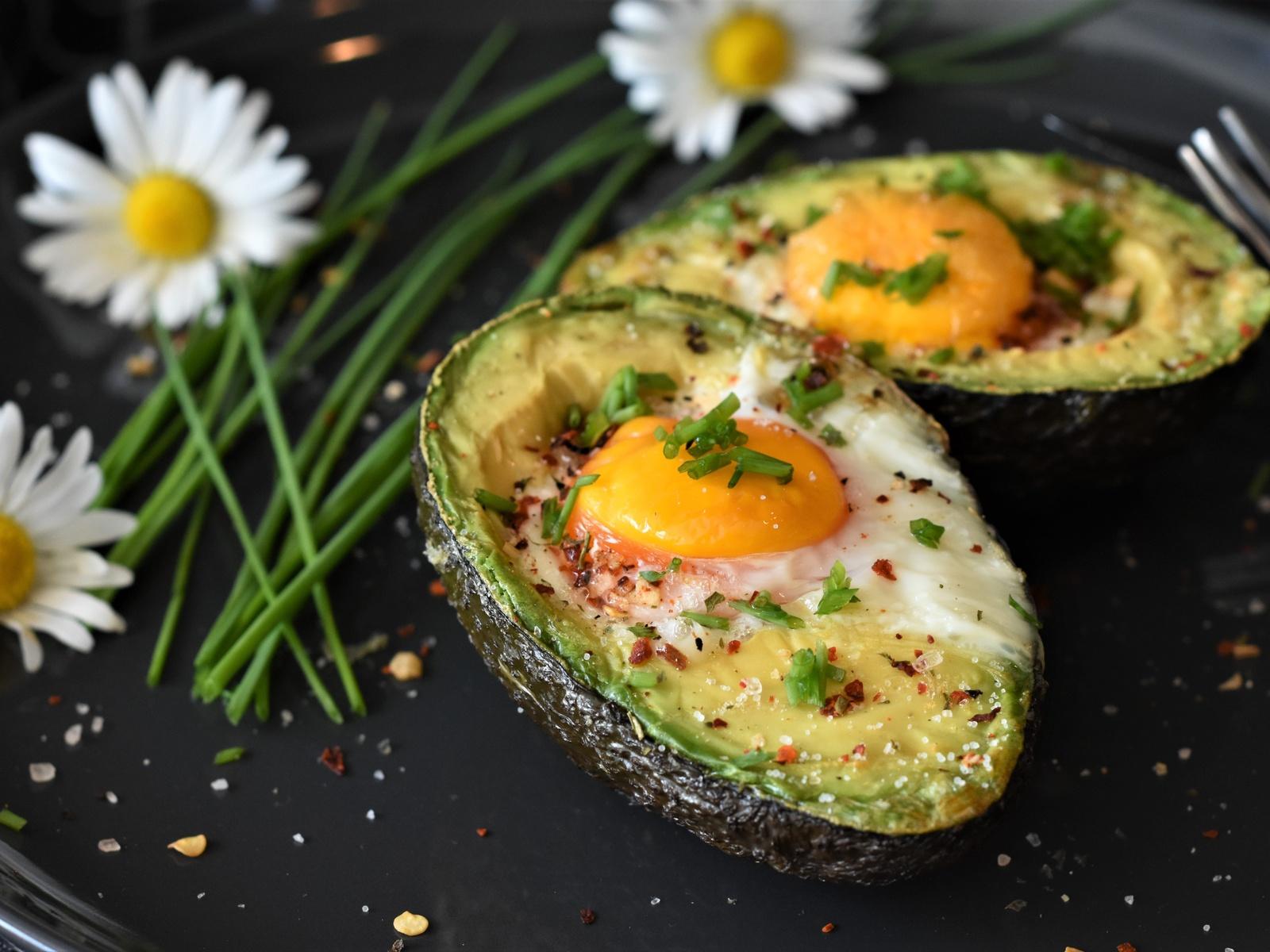 авокадо, яйцо, запеченные