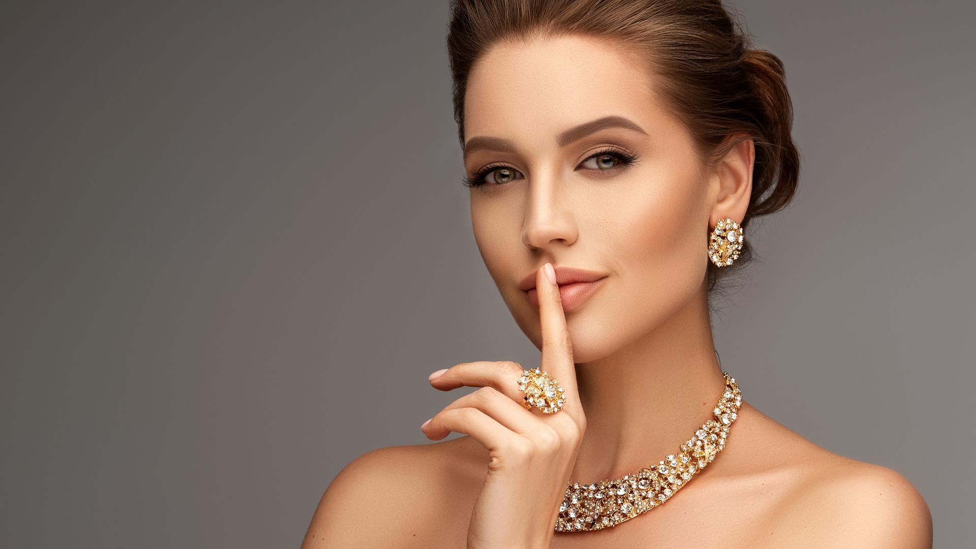 украшения, девушка, жест, взгляд, кольцо, лицо, причёска, серьги