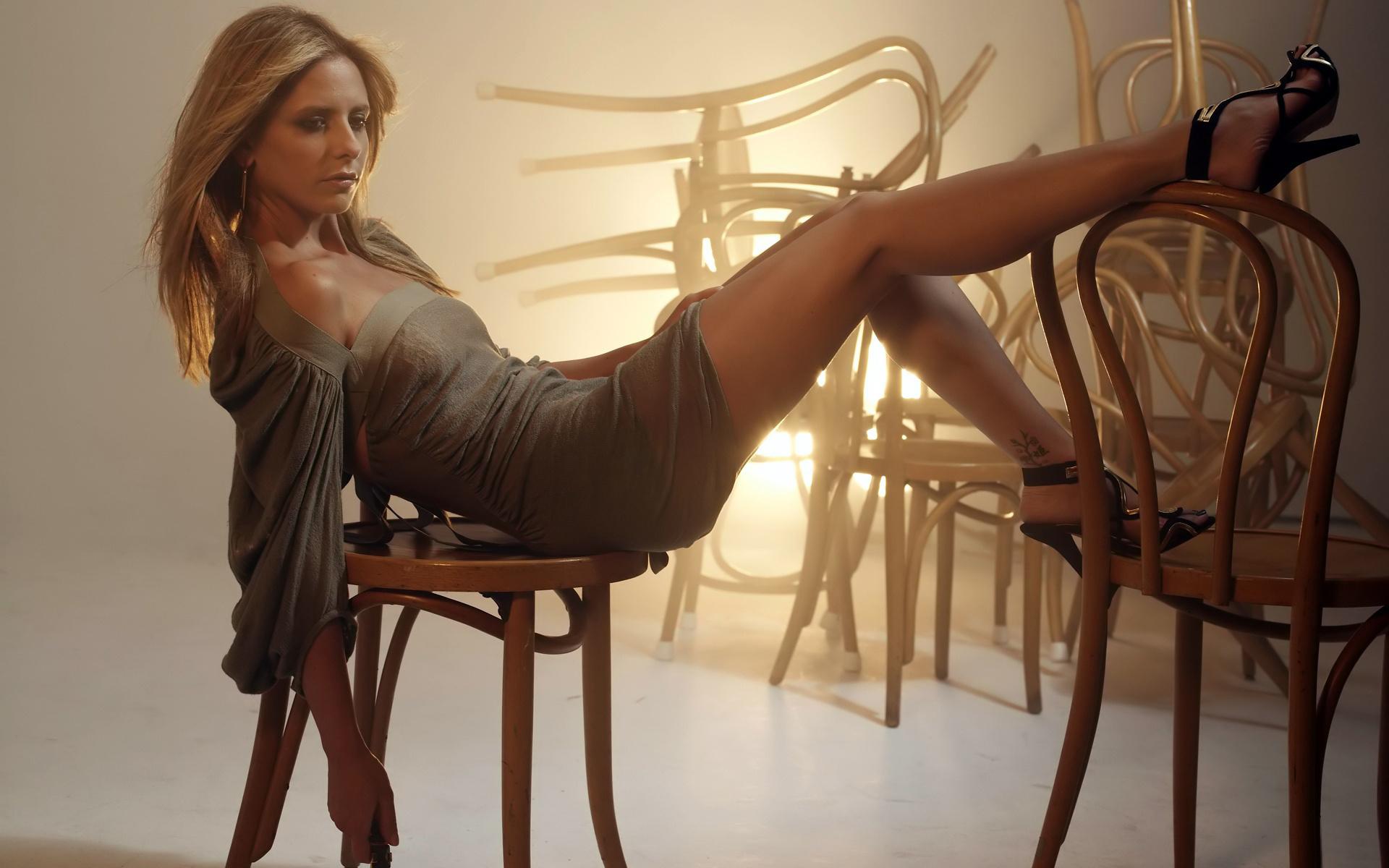 Секси женщина на стуле фото смотреть 24 фотография