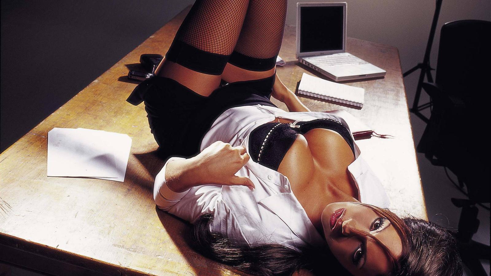 Фото девушек секс на офисном столе 9 фотография