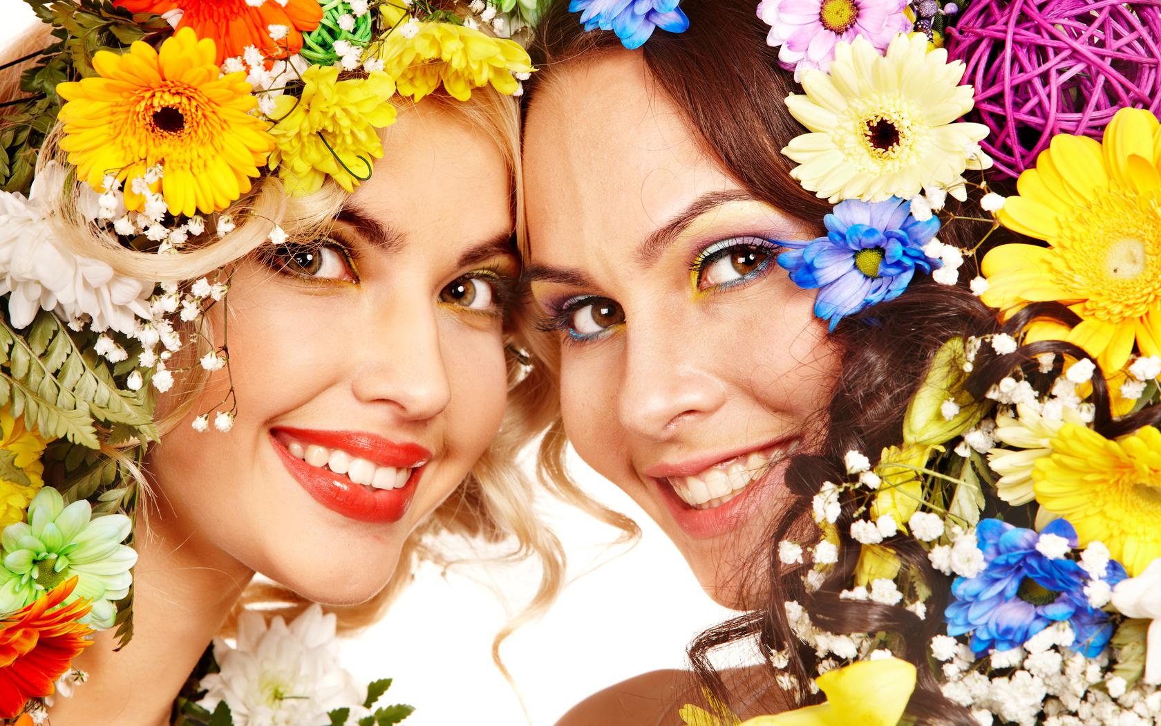 Девушка улыбка цветы фото
