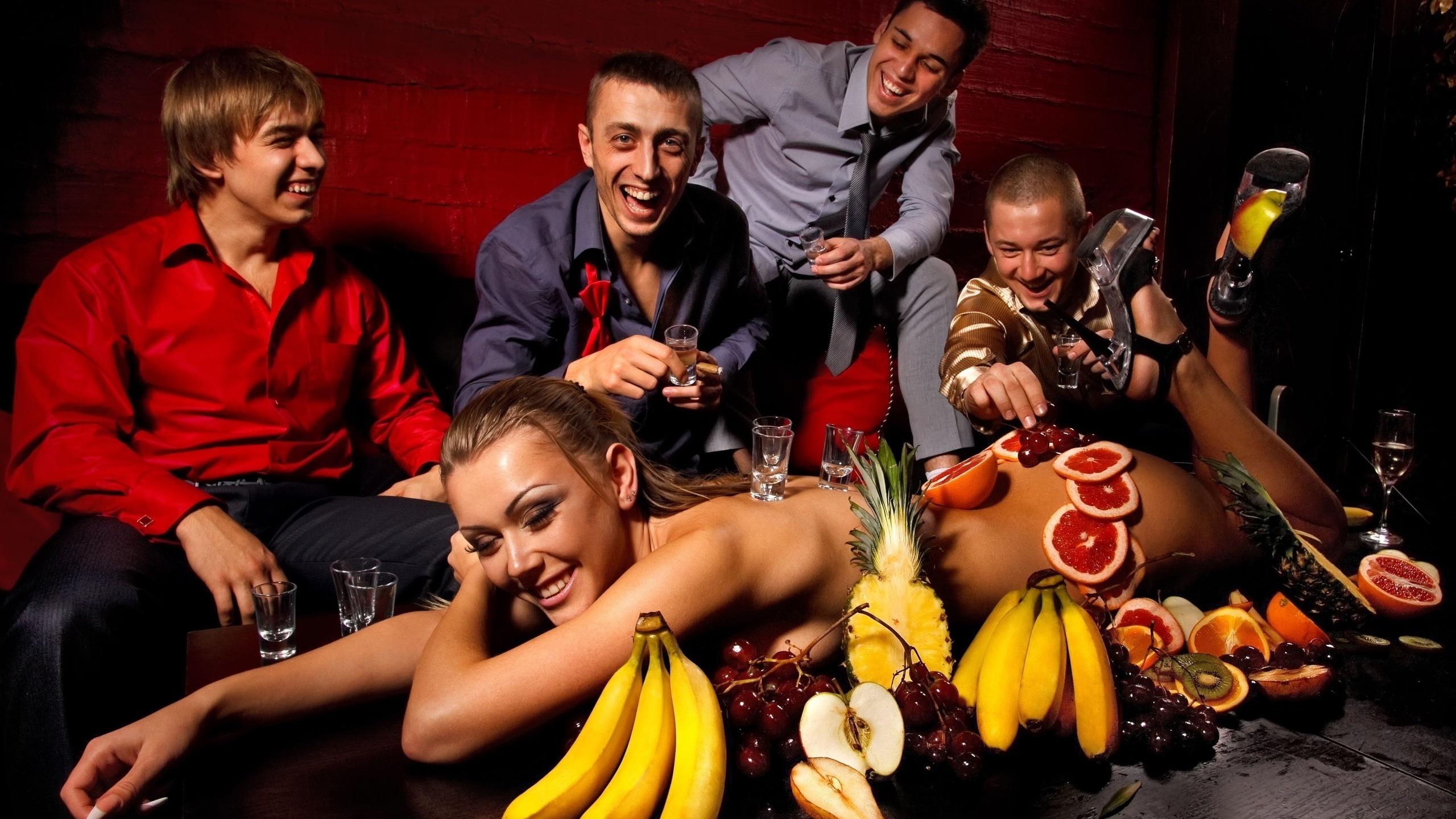 Картинки вечеринка мальчишник девушка парни алкоголь фрукты бананы виноград яблоко