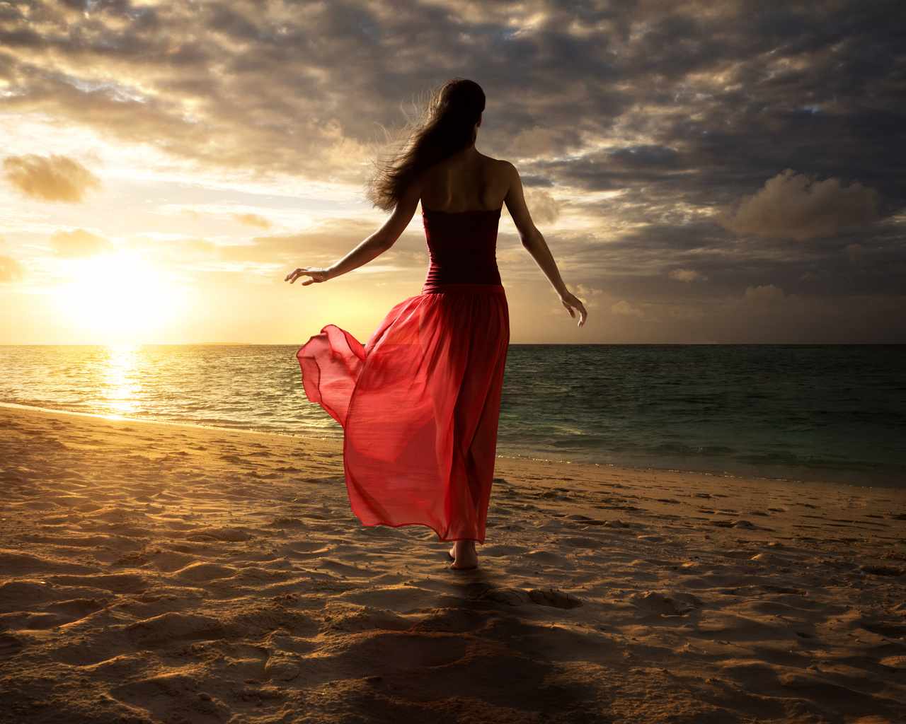 Фото девушки в платье на берегу