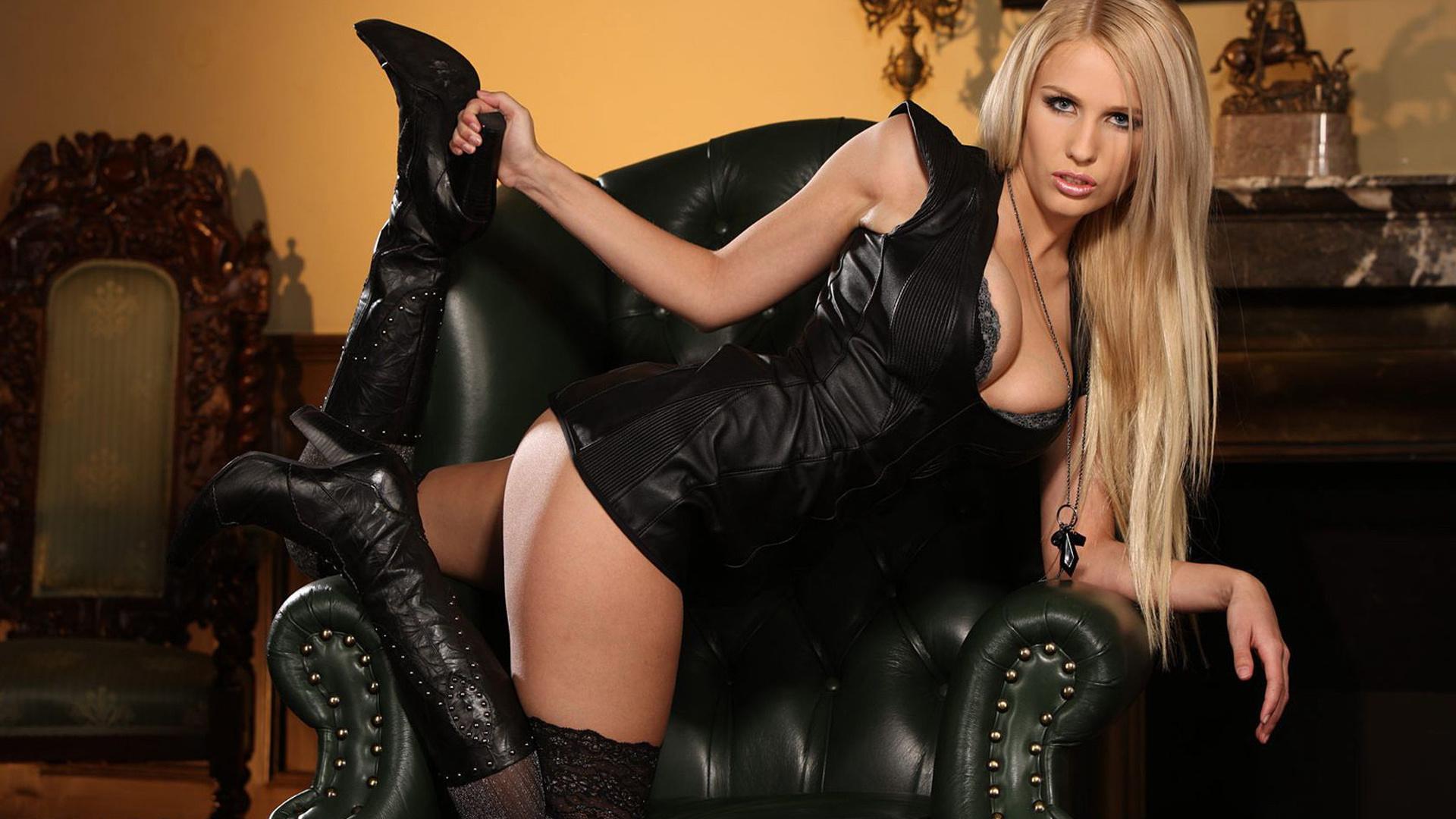 Фото блондинок в черных чулках и платьях 2 фотография