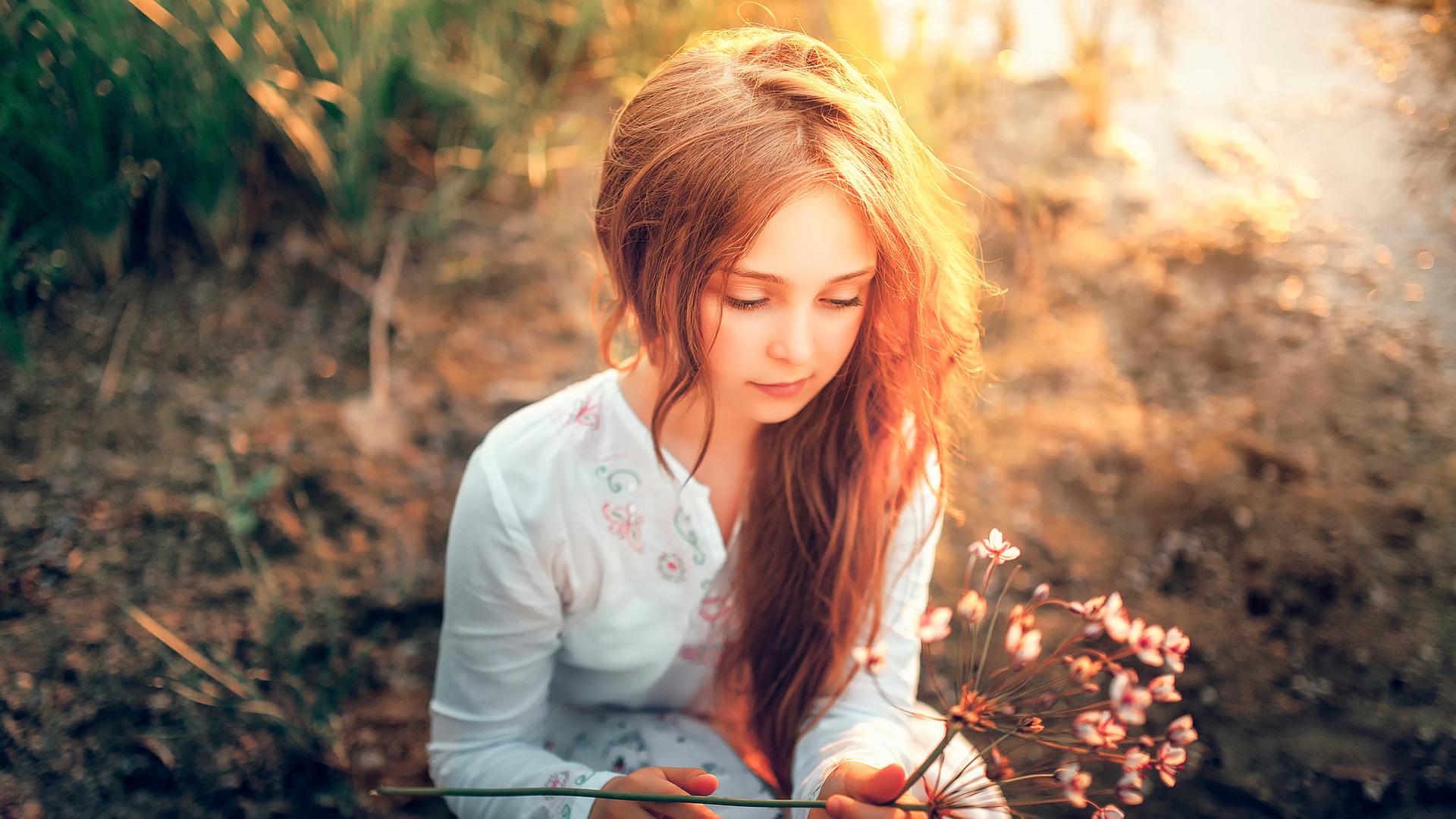 Фото шатенок с длинными волосами с цветами