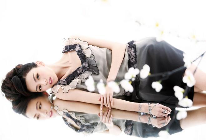 зеркальное отражение, жгучая брюнетка, тонкие руки, кружевное платье