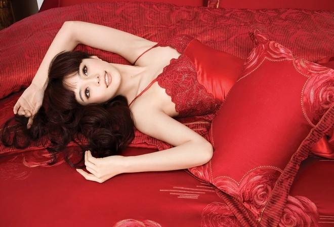 красная постель, шатенка, азиатской внешности