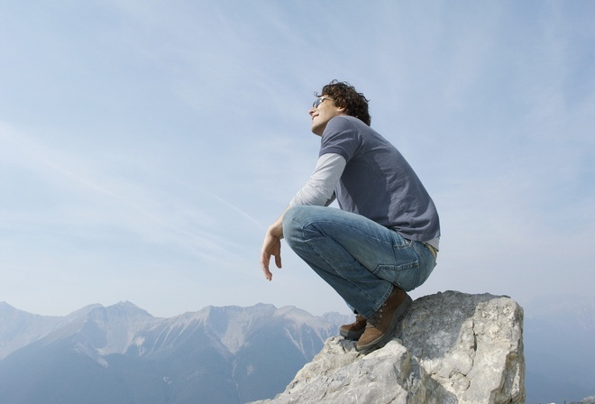 присел, парень, скала, над обрывом, смотрящий на солнце