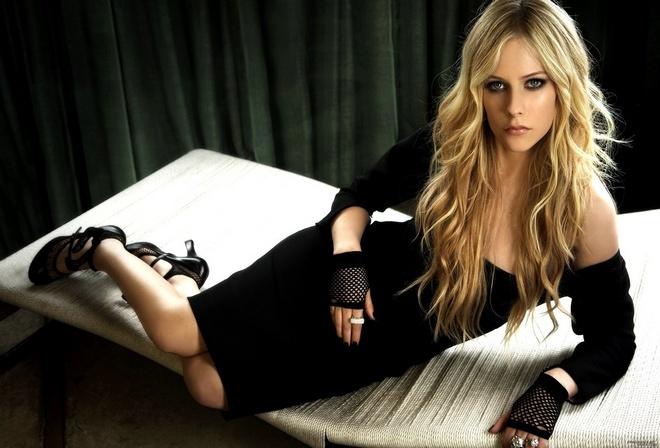 певица, Avril Lavigne, на кушетке в черном платье