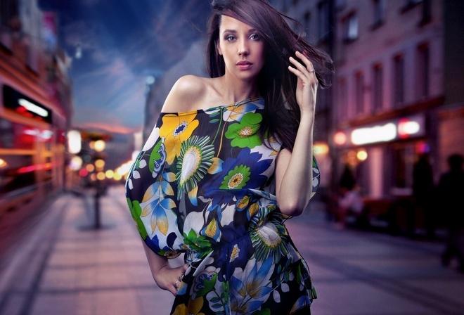 ночной город, цветное платье, брюнетка
