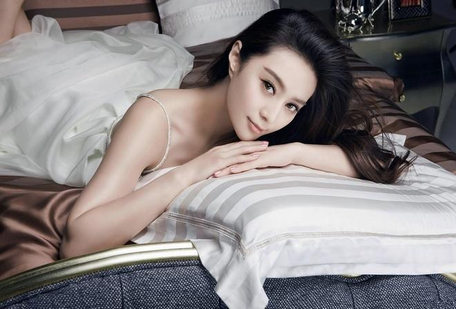 девушка, азиатской внешности, в белом платье