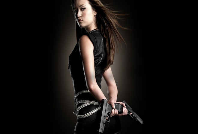 девушка с оружием, грозный взгляд, черное одеяние