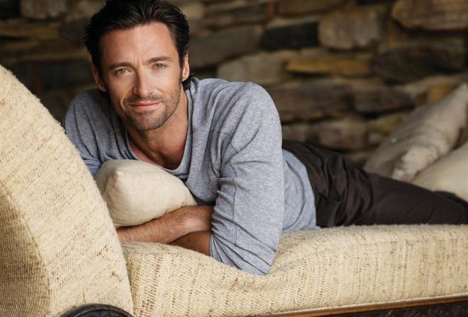 Хью джекман, актер, взгляд, улыбка, на диване