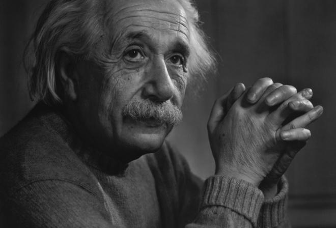 Albert einstein, альберт эйнштейн, перекрещенные пальцы, задумчивый