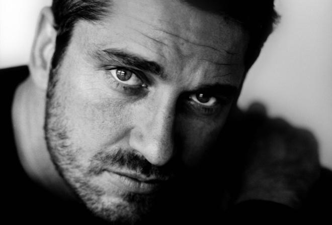 Актёр, джерард батлер, gerard butler, портрет, лицо, глаза, взгляд, щетина, фотография, черно-белая, монохром