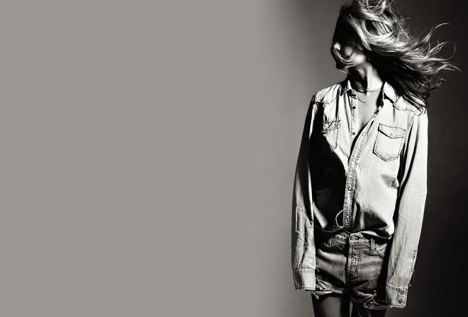 шорты, Девушка, волосы, чёрно-белое, ветер, рубашка