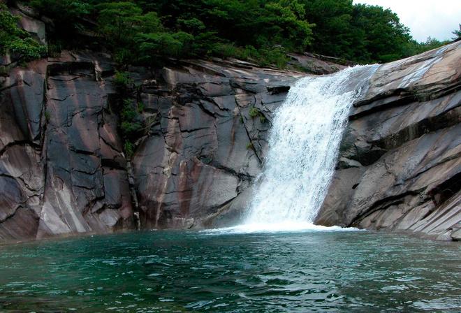 Обои озеро лес камни водопад на