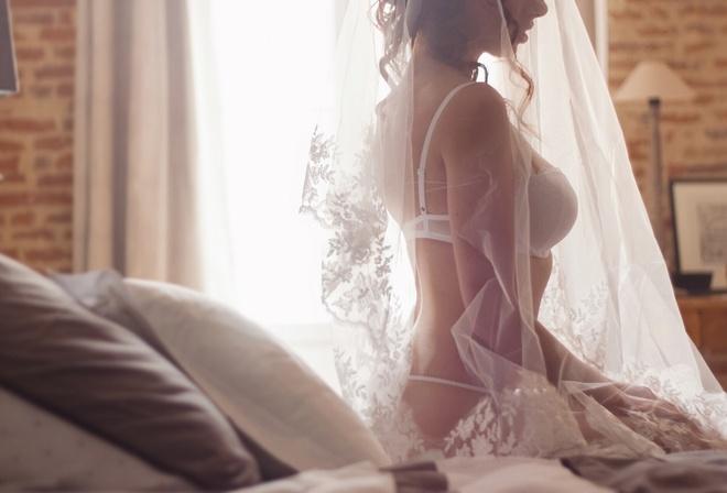 фото девушки невесты в постели