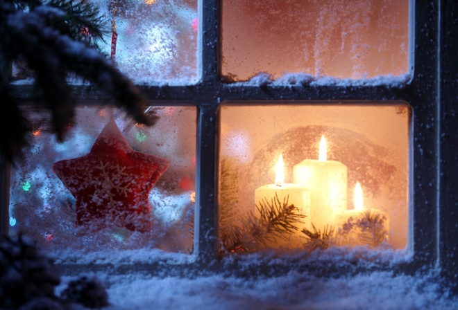 Картинки по запросу рождественские свечи на окне