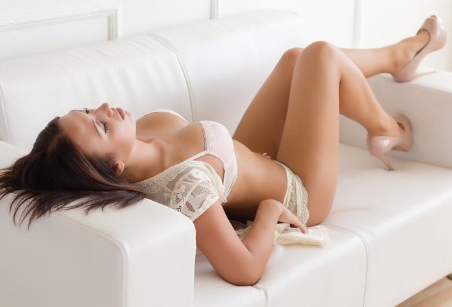 видео девушек на белом диване