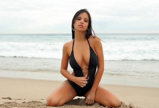фото брюнеток на пляже в купальниках