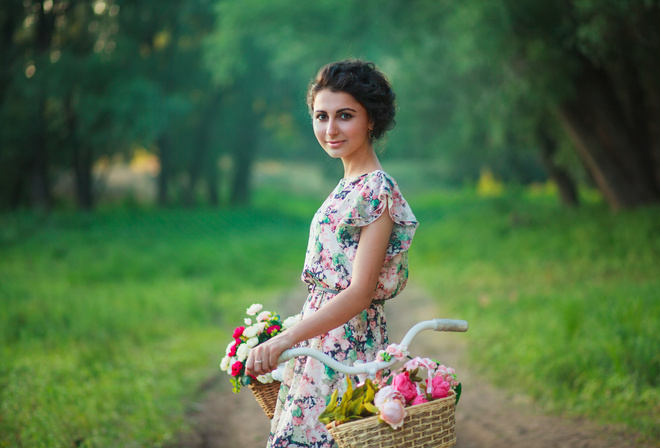 Фото девушки с корзинкой цветов