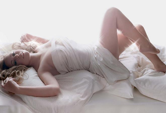 девушка на постели кровати фото