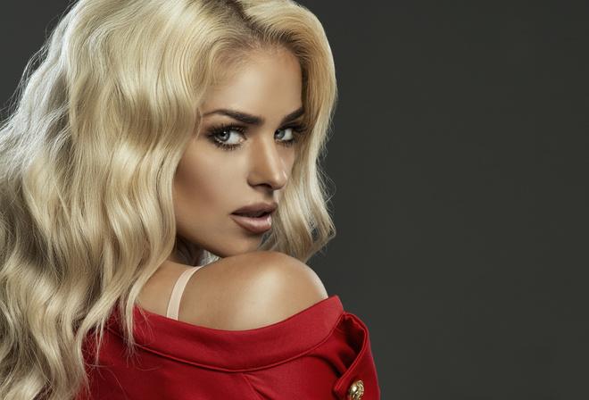 s-krasivoy-blondinkoy