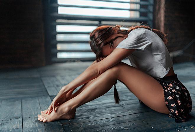 фото девушка на полу в белой юбке