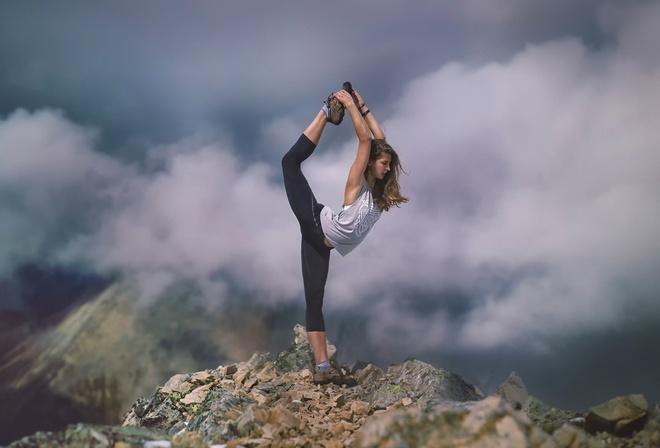 гимнастка в горах