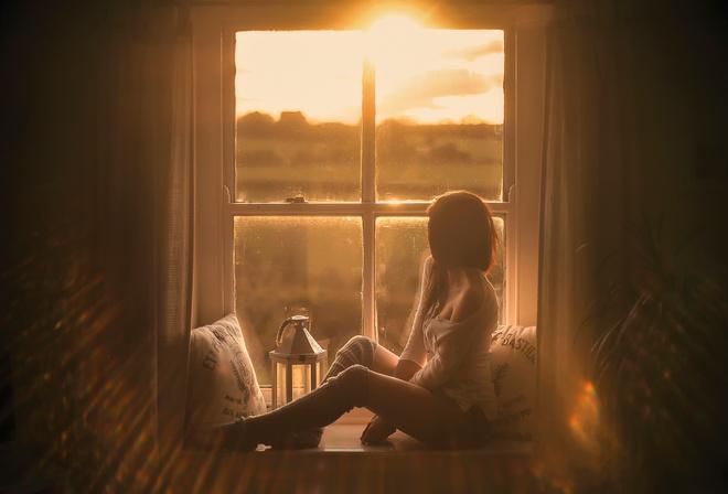 фото девушек на фоне окна