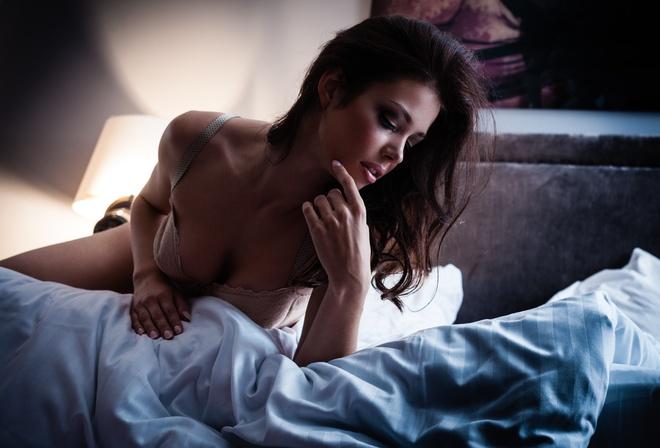 красотка в постели фото