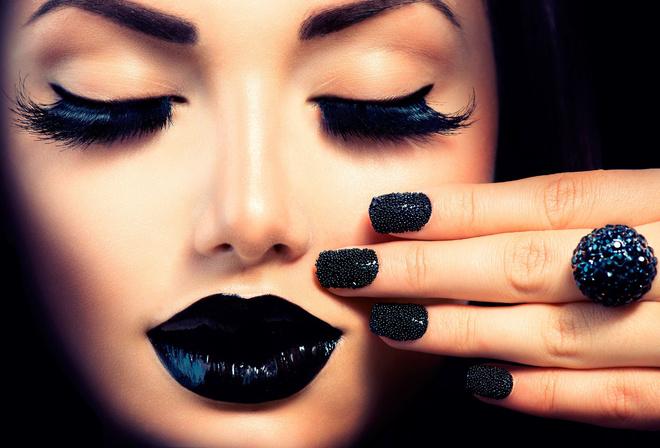 Девушка с черным макияжем