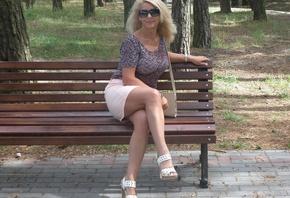 golaya-na-lavochke-foto