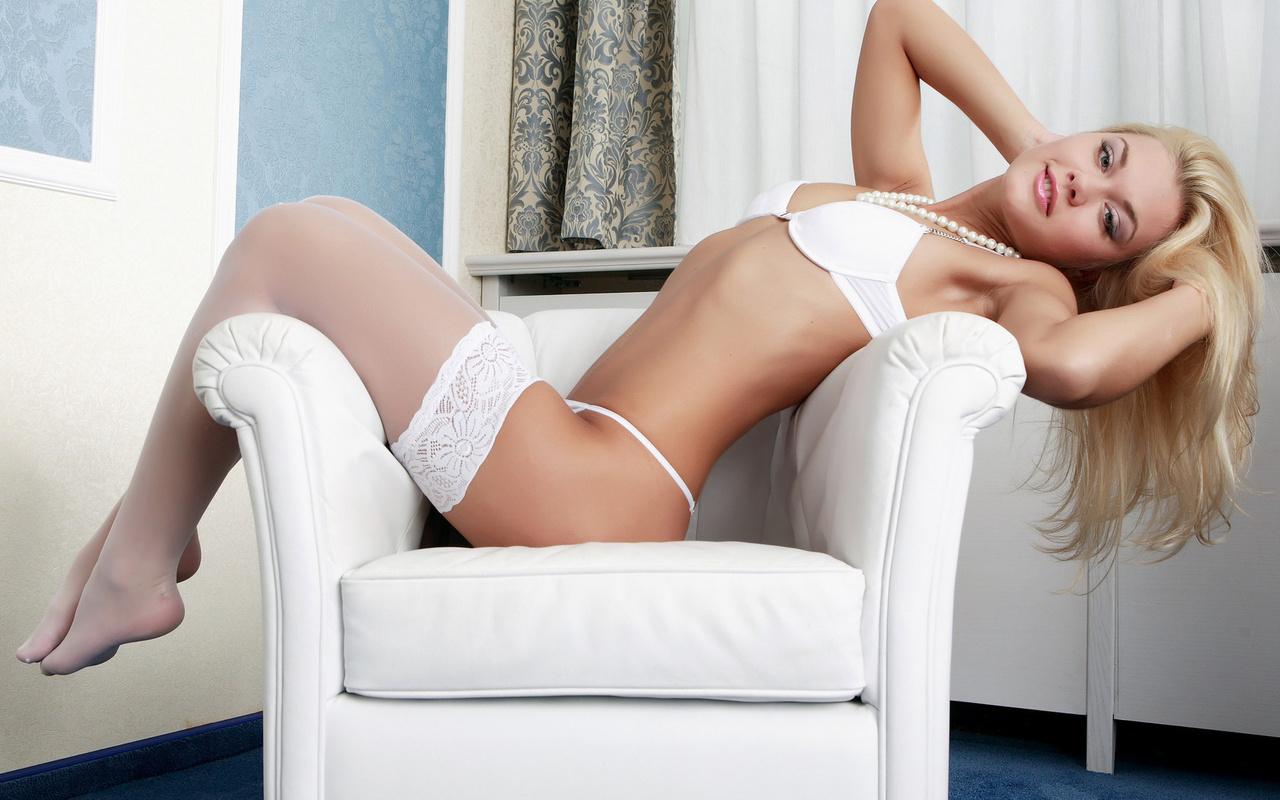 Сексуальная блондинка в белом белье 20 фотография