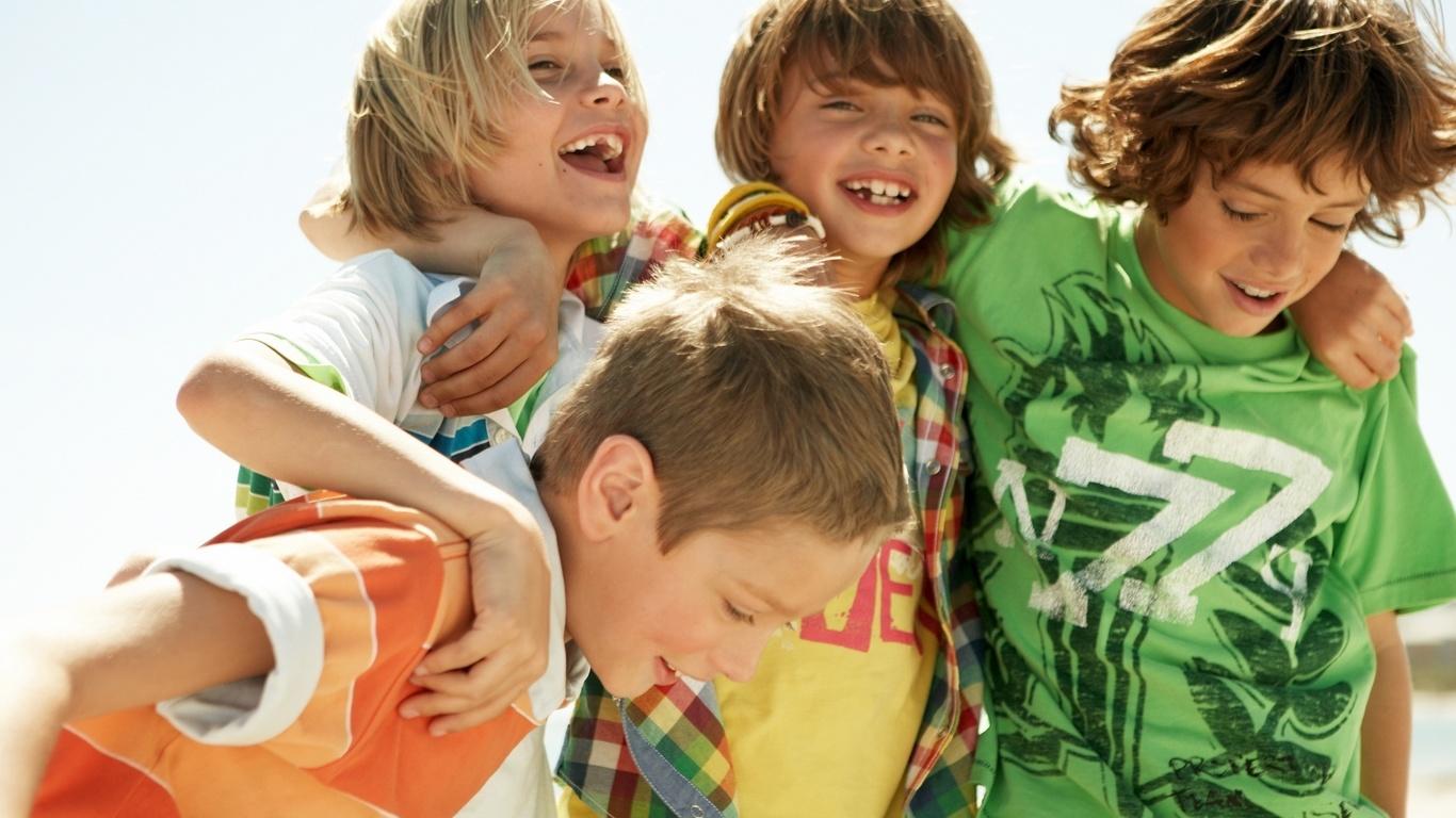 Amigos Varones Niños Riendo Y Sonriendo Los Foto Pictures