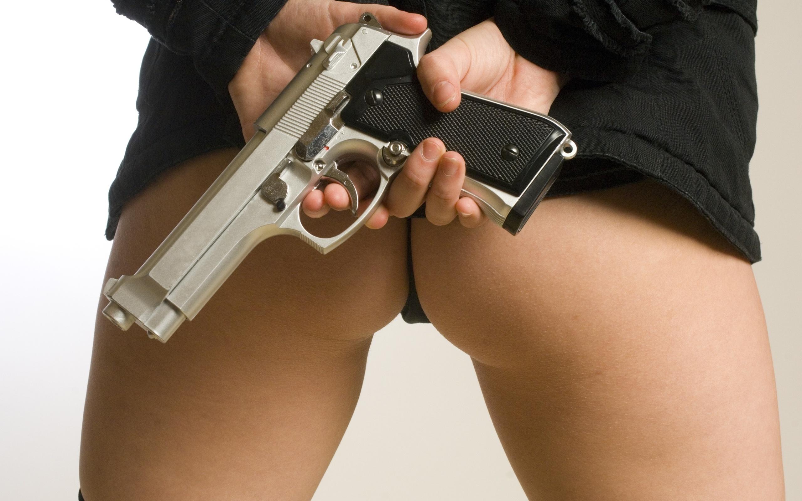 lizhet-pod-pistoletom-foto