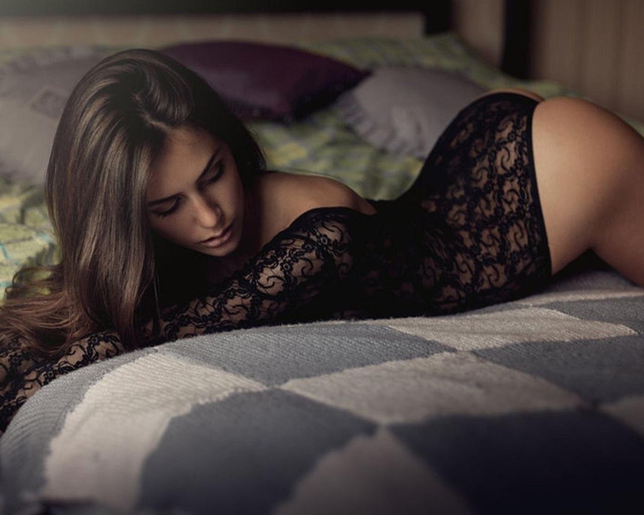 Фотосессия девушки в постели 9 фотография