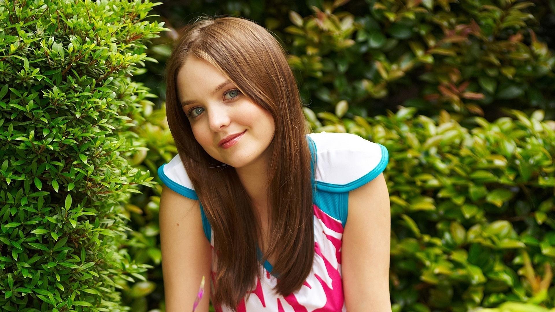 Фото из кустов молодых девушек 12 фотография