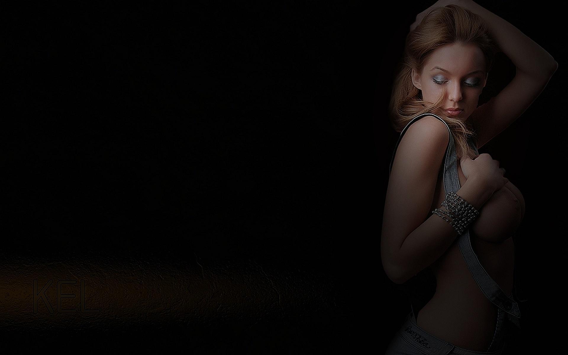 Сиськи в темноте 7 фотография