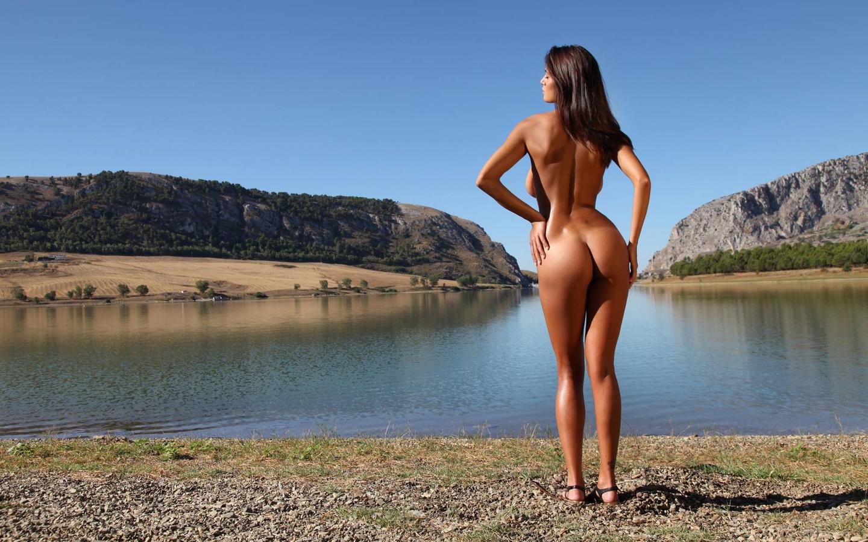 Смуглая голая девушка на природе 4 фотография