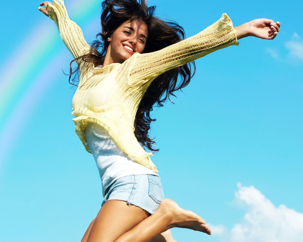 Фото девушка прыгает