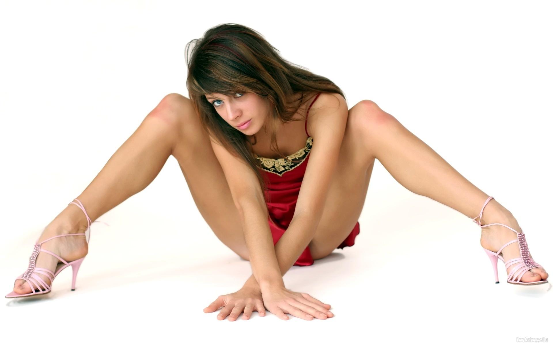 Юная амазонка показала свою бритую киску порно фото