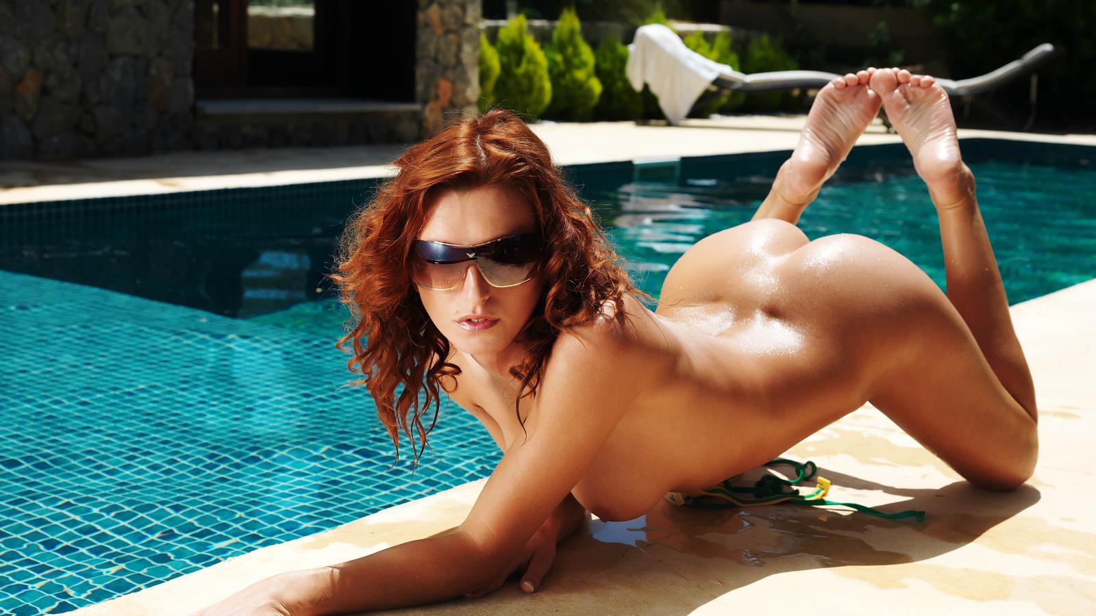 Секс с красивыми темнокожими девушками у басейна 7 фотография