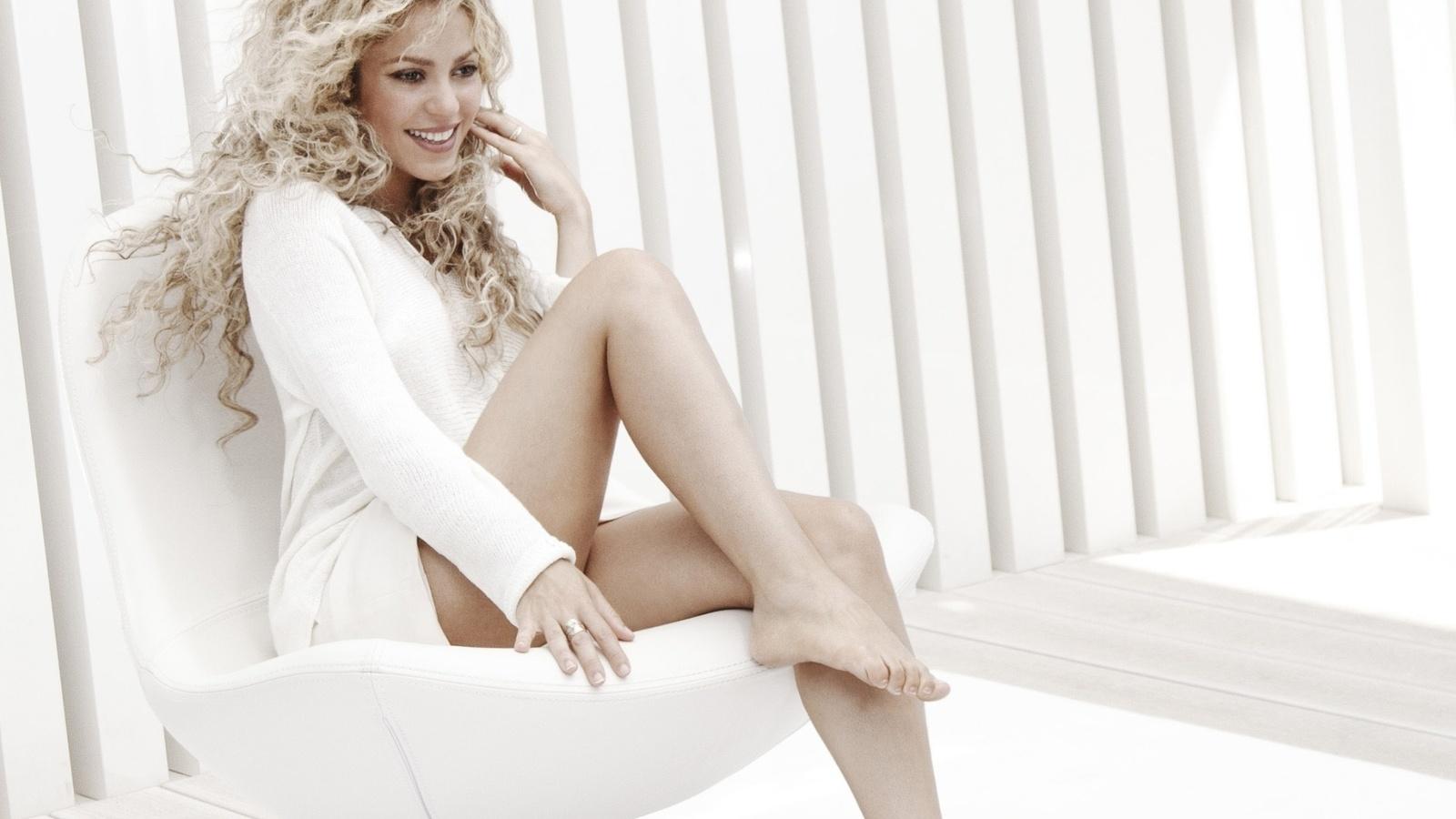 Блондинка с красивыми ножками