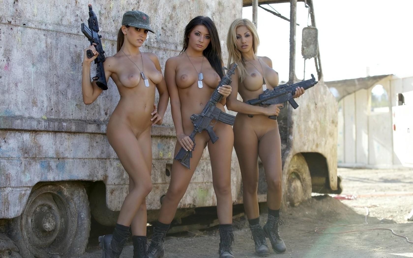 Эро фото девушка с оружием 23 фотография