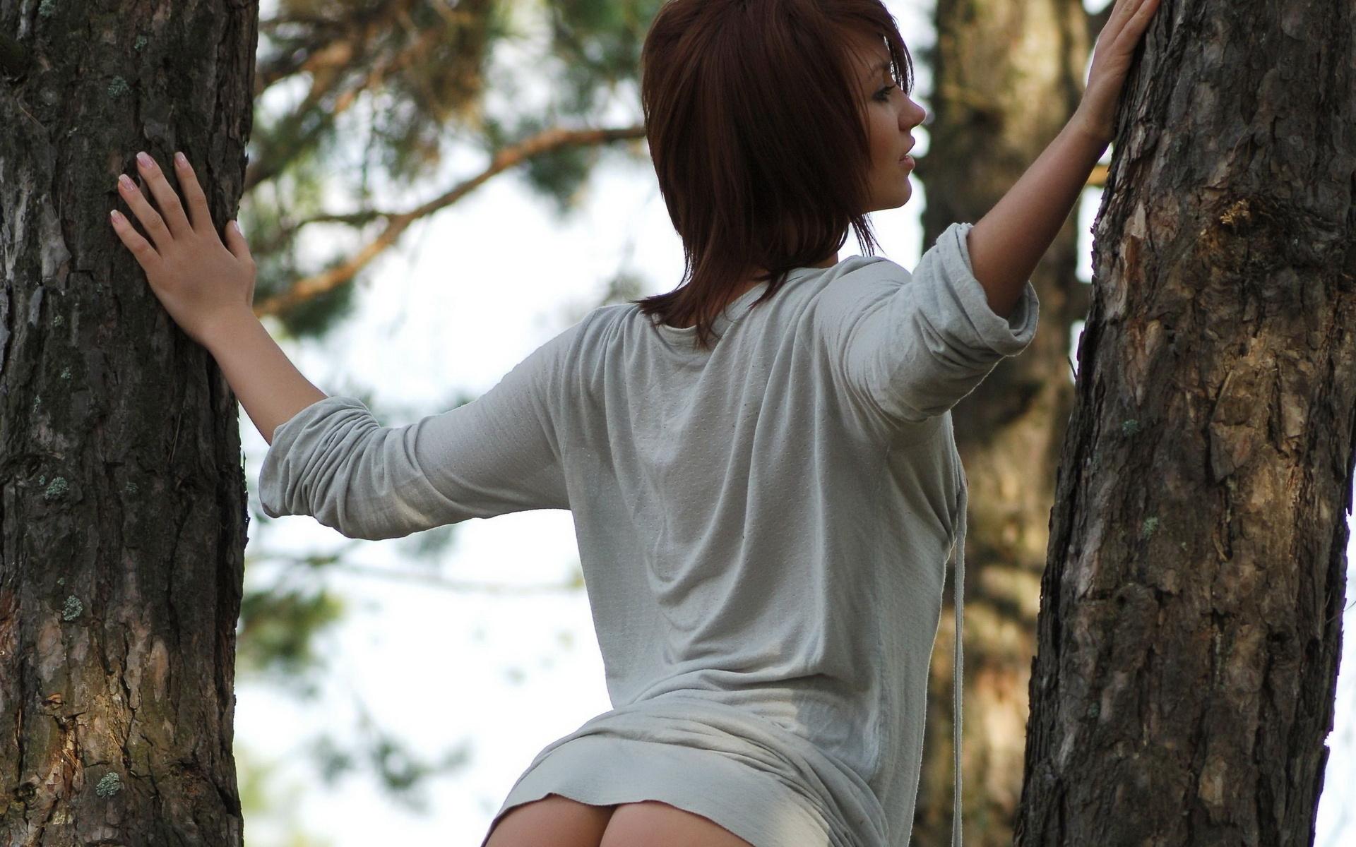 Фигуристая девица в масле позирует рядом с красивой машиной в лесу 26 фотография