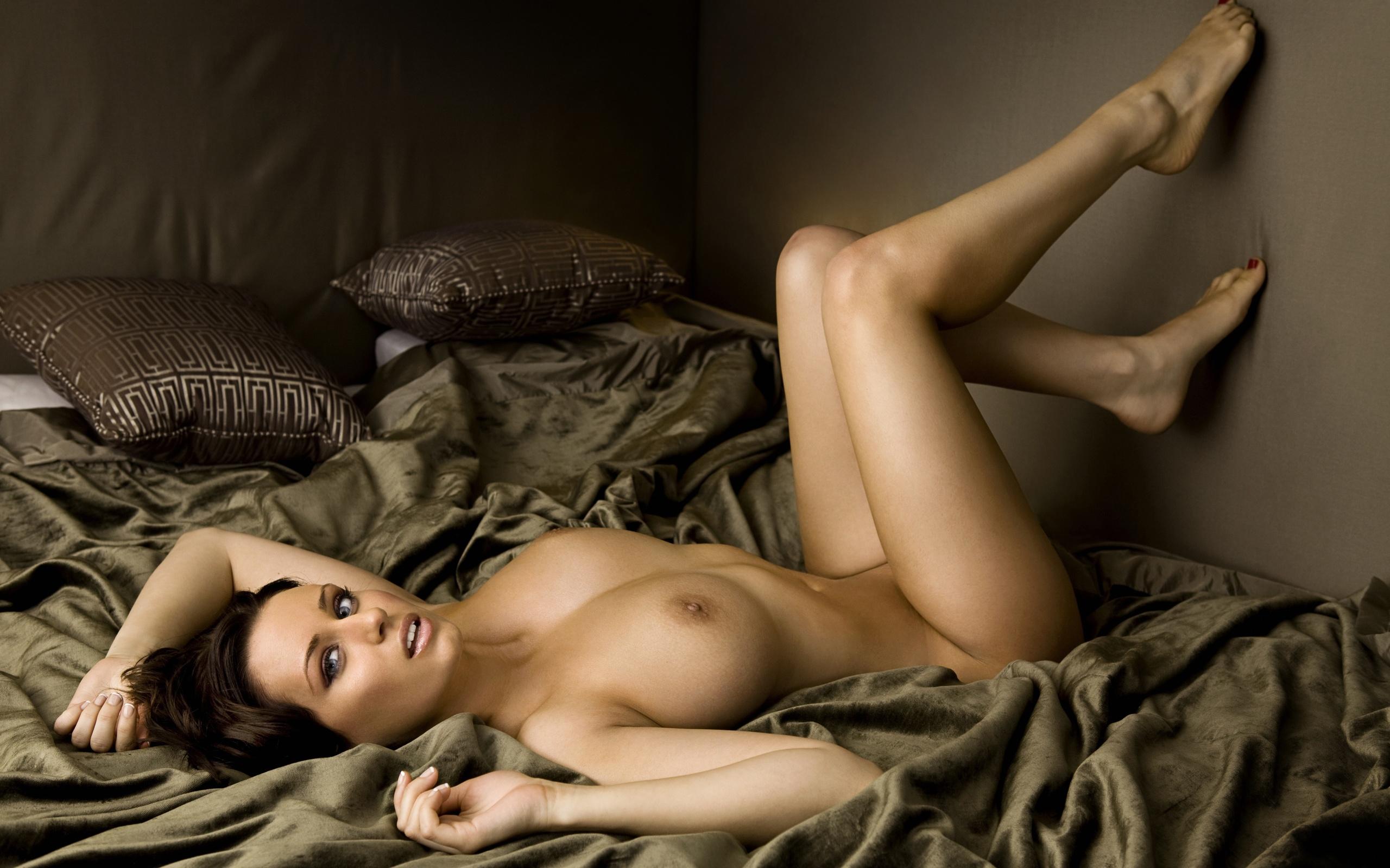 Сексуальные девушки на кровати голые 18 фотография