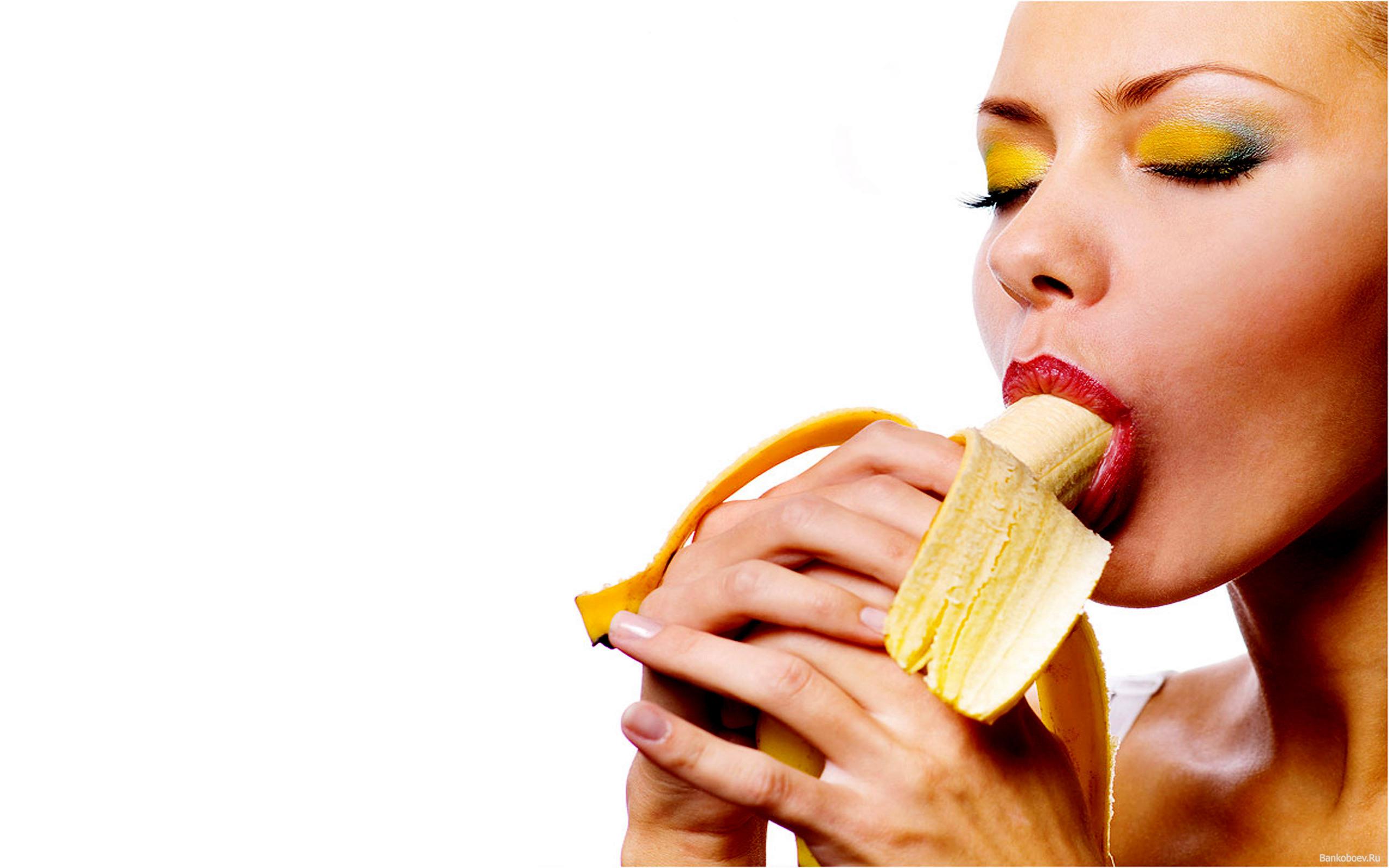 Фото девушки и бананы 15 фотография