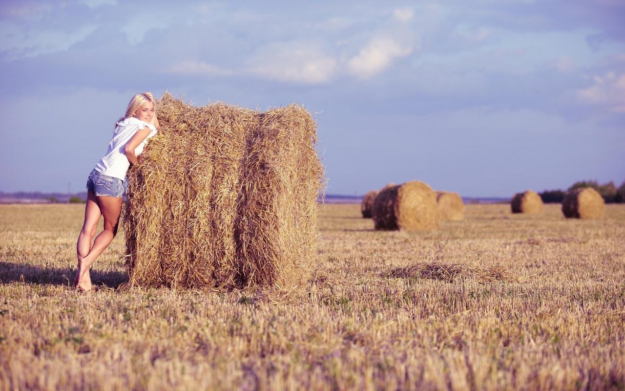 Фото девочки возле сена 2 фотография